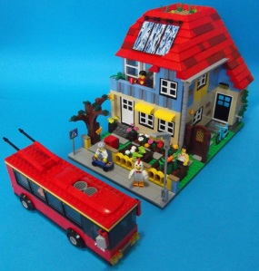 Lego_house_cropped_top_view_bus_in_front_reduced